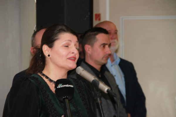 Az előadóművész nagy átéléssel tolmácsolja Kányádi Sándor Fekete piros c. versét