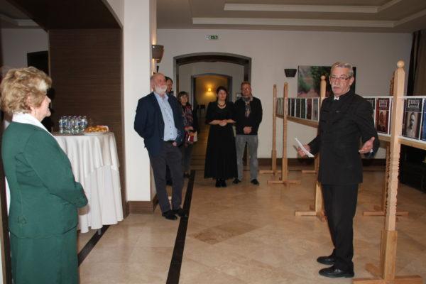 Bartha József, református lelkész, az Erdélyi gróf czegei Wass Albert Alapítvány elnöke megnyitja a kiállítást.