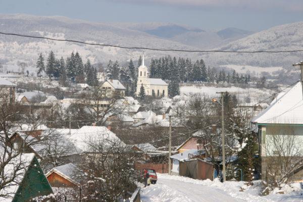 A téli Szováta a római katolikus templommal