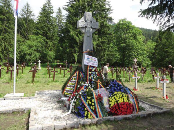 -A-felavatott-román-emlékmű.j