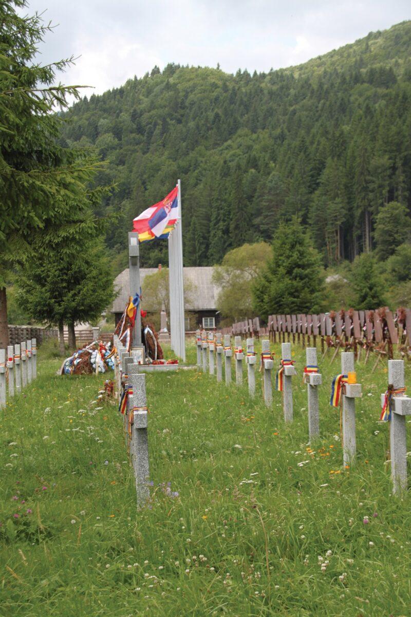 Az-erőszakosan-elhelyezett-román-betonkeresztek.jpg