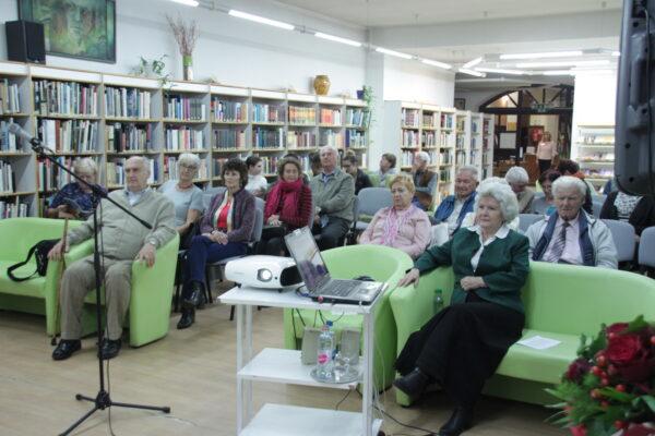 A gyülekező közönség