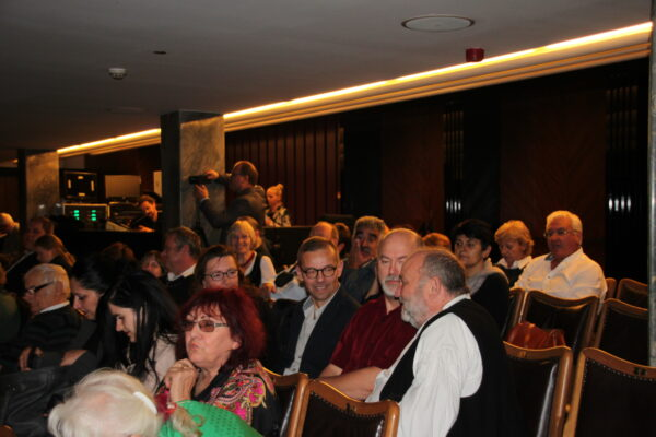 A szépszámú közönség