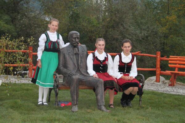 Varga Mihály szobrászművész munkája, a Benedek Elek-szobor, székely leánykákkal