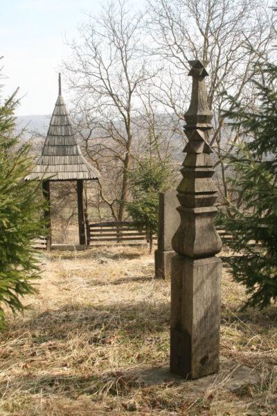 A lengyelfalvi Orbán-kúria kertjében a családi sírhely