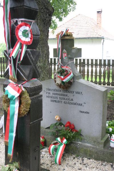 Tamási Áron síremléke, Farkaslaka