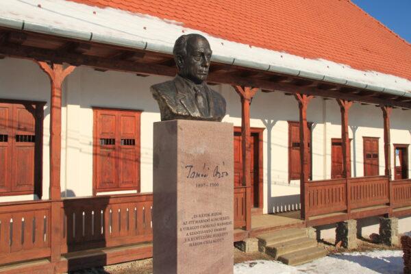 Tamási Áron első iskolája felújítva, az író szobrával - Farkaslaka