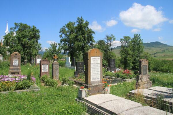 """Édesapja sírja a farkaslaki temetőben. Jobbra a háttérben a """"Gordon""""."""