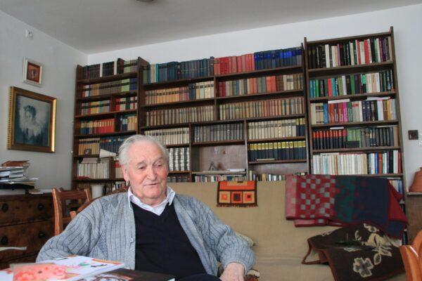 Kolozsvári lakásának nappali szobájában