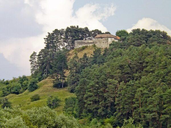 Vár-hegyen, a 15. században terméskőből épült parasztvár