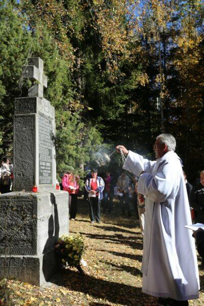 Pásztorbükki búcsú - Báthory András emlékkeresztjét szenteli a pap