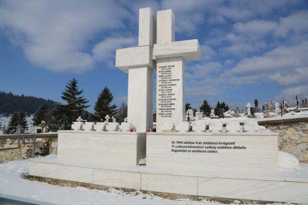 A Maniu-gárdisták által 1944-ben ártatlanul kivégzett domokosiak emlékműve a Gábor-kertben
