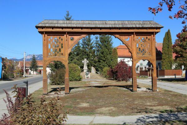 Márton Áron-emlékmű a domokosi központban