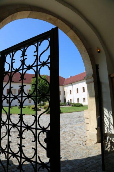 A püspökség kertjének vaskapu-bejárata, Gyulafehérvár