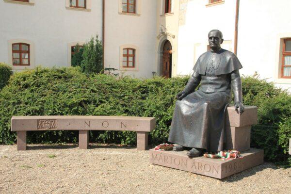 Gyulafehérvár - a Márton Áron-szobor a püspökség kertjében, Gergely Zoltán alkotása