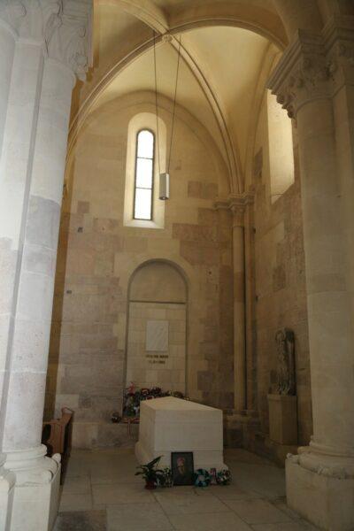 A katedrális kriptájából a templomba helyezték örök nyugalomra az EMBERKATEDRÁLIST - ahogy Illyés Gyula nevezte