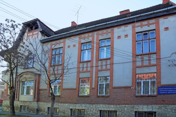 Szatmárnémeti, középiskolai kollégium. A Dsida-család egykori otthonának ablakai az emeleten