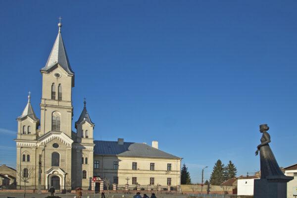 15.A Hildegarda-templom és ferences kolostor, Szent Erzsébet szobrával