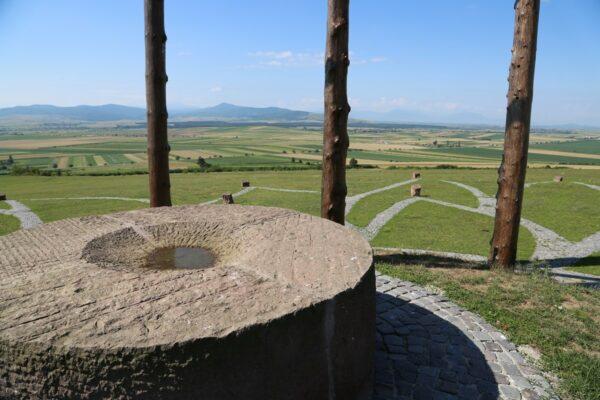 13 áldozóhely vagy lármafa a Háromszéki-fennsík feletti Golgotán, Óriáspince-tető