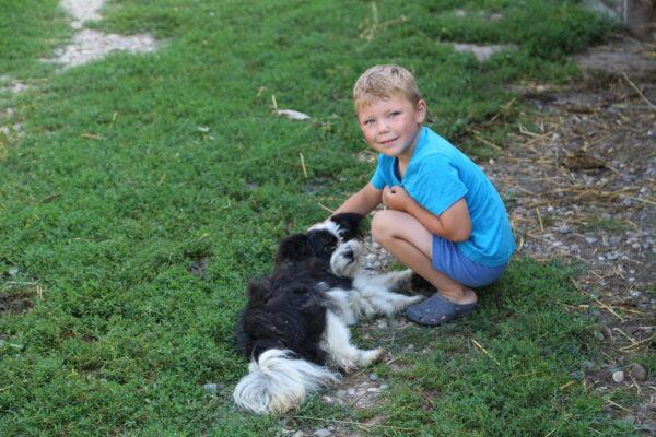 A kis gazdi kutyusával