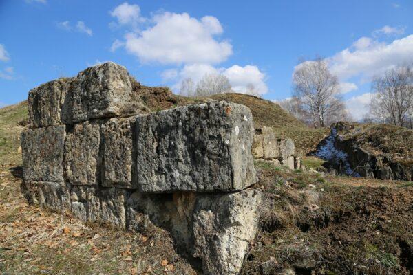 Bildar dák vár, kötőanyag nélkül, faragott kőből rakott falmaradvány