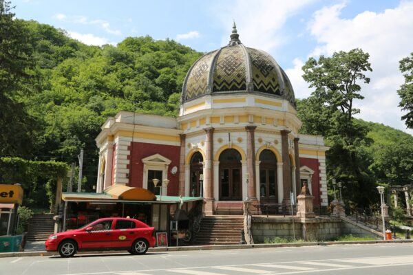 A Monarchia idejében épült vasútállomás. A vasút összeköti Orsovát Temesvárt, Nagyváradot és Szatmárnémetit.