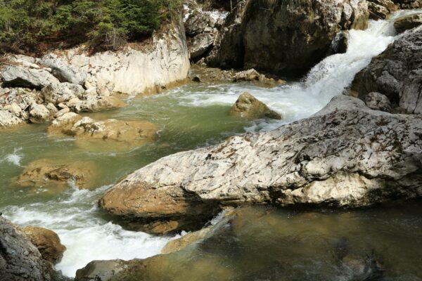A Cserna-patak középső szakaszán nagy zúgók dübörögnek