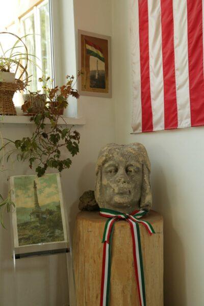 A Cenk egykori Árpád-szobrának maradványa az evangélikus parókián