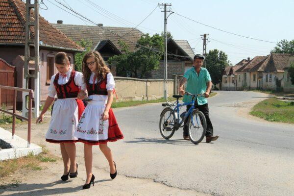 Templomba siető lányok helyi népviseletben