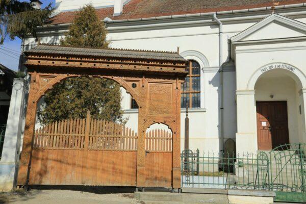 A krizbaiak székely eredetre utalva állították a templom elé a székely kaput