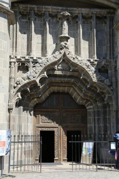 A templom gótikus jegyeket viselő főkapuja