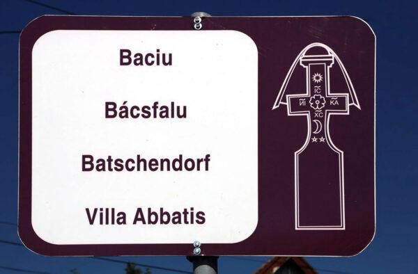 Bácsfalu névtáblája, mely egységes a hétfalusi csángó falvakban