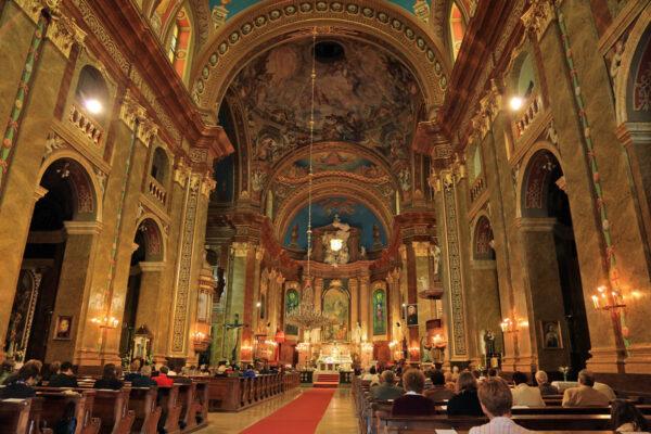 A székesegyház belső tere - a főoltárkép Mária mennybemenetelét ábrázolja.