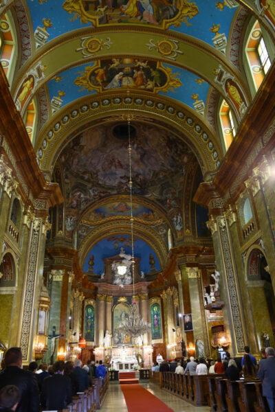 A templom mellékhajóiban négy-négy oltár található.