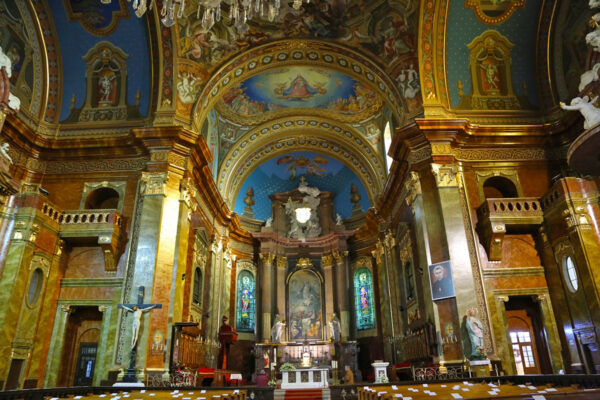 A szentély mennyezete Szűz Máriát, mint Magyarország patronáját ábrázolja, szentek és történelmi alakok társaságában.