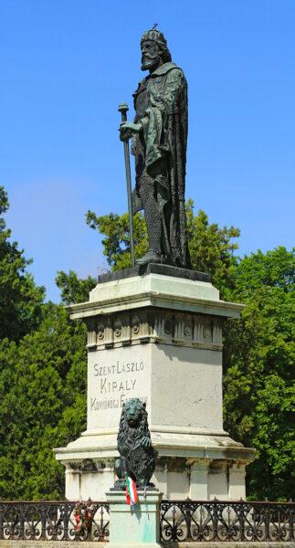 Szent László szobrát 1893 szeptemberében avatták és az akkori Szent László téren állították fel. 1923-ban onnan a mai helyére, a bazilika elé helyezték.