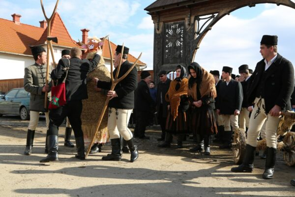 A kászonaltízi bikaütés a parókia udvaráról indul egy rövid mise és áldás után