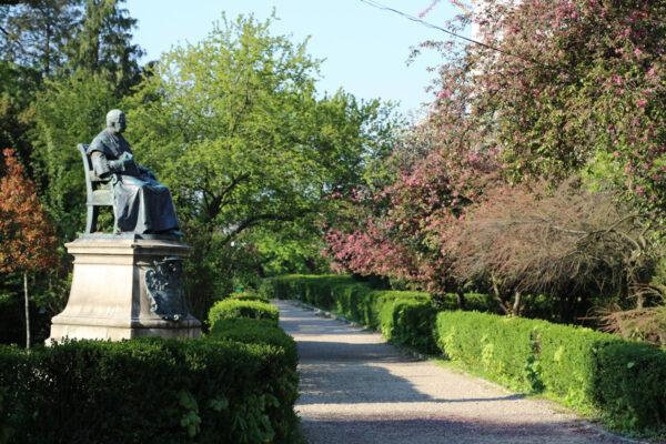 Szaniszló Ferenc püspök szobra a püspöki parkban