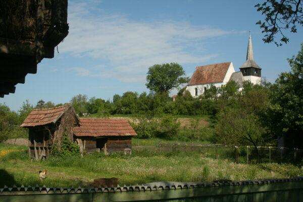 A gazdasági udvarból jól látszik az Árpád-kori unitárius templom