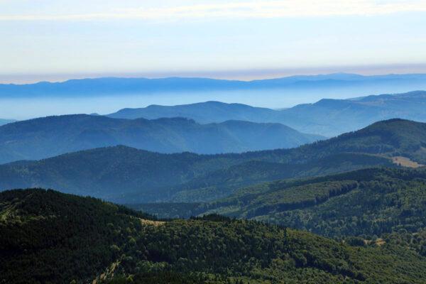 A Hargita - Csomád hegycsoport, mely a Szent Anna-tavat rejti. A Torjai- és a Répát-hegység mögött a Nemere vonulata zárja a horizontot.
