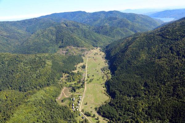 Az Úz-völgye az egykori határőr-laktanyákkal, távolban a víztározó