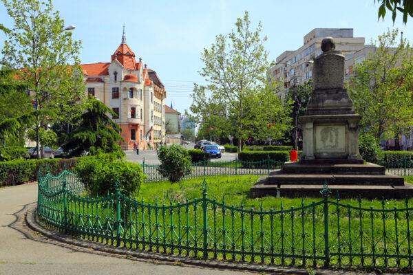 A Széchenyi tér közepén Ady Endre kőszobra áll, távolabb az Ügyvédi Kamara székháza. A szobrot 1957-ben állították fel - eredetileg a kioszk mögött.