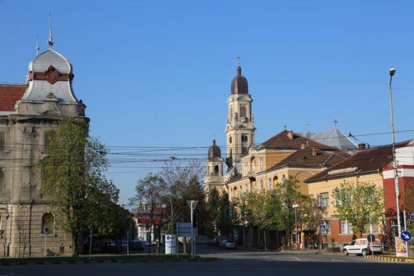 A Fő utca, a régi Rákóczi utca és a Staroveszky utca kereszteződésében látható a Pénzügyi Igazságügyi Palota, a Barátok templomával
