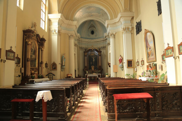A premontrei fehér papok templomának fafaragását a pálos rendi szerzetesek végezték, név nélkül.