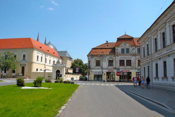 A Dóri-, később Klobusitzky-ház, a Szépészeti Egylet épülete - előbb az egykori honvédlaktanya, a szekuritáténak is otthona volt.
