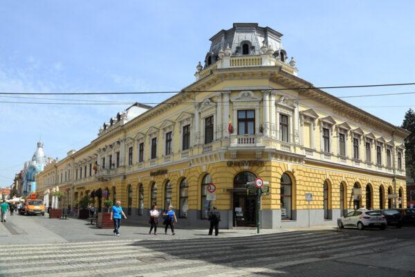 A Bartsch-ház, mely 1888-ban épült. Jobbra a Széchenyi térre lehet jutni az Ady Múzeum felé - távol a Moskovits-palota