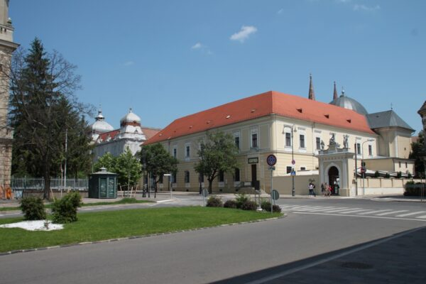 A templom előtti tér, az Irgalamasrendi kórház, mögötte a kápolnája, melyet a török dzsámiból kezdtek kialakítani 1754-ben; a bal oldalon a Pénzügyi Palota.ámiból