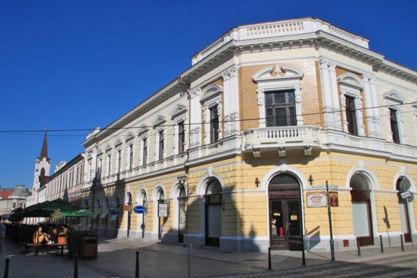 Az Orsolya-rend tanintézetének udvarhelyére építették a Nemzeti Kaszinó Székházát, 1888-ban készült el.