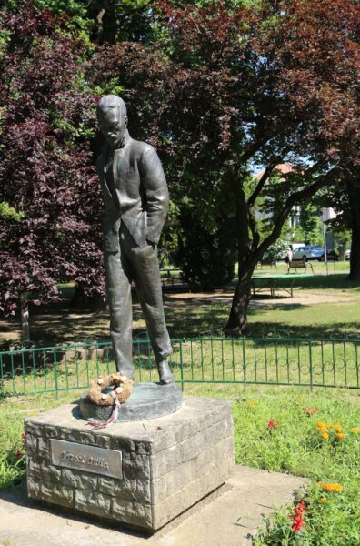 A József Attila-szobor a parkban
