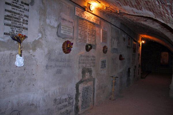 A templom kriptája még a barokk hajó idejéből való, 1982-ben ide temettette Tempfli József Fráter Erzsábetet, Madách Imre özvegyét, az olasz temetőből